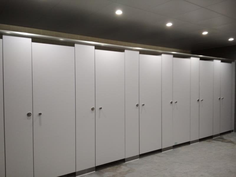 Headrail braced toilet partition